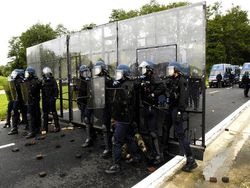 Demonstration-voie-fermee-par-les-gendarmes-mobiles-face-a-des-manifestants-hostiles_gallery_full