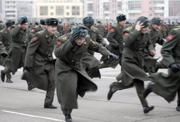 Images-1-russian-servicemen-run-to-their-positions-during-a-military-parade-training-in-moscow_346