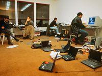 Ordinateurs-en-veille-dans-une-start-up-de-la-silicon-valley_940x705
