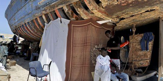 1566739_3_75ab_des-refugies-africains-se-sont-installes-dans
