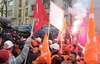 Les-ouvriers-d-Arcelor-Mittal-devant-le-QG-de-Sarkozy_pics_390