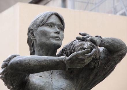 Carla-bruni-sarkozy-statue-1