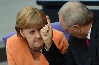 388637_le-ministre-allemand-des-finances-wolfgang-schauble-d-et-la-chanceliere-angela-merkel-le-19-juillet-2012-a-berlin