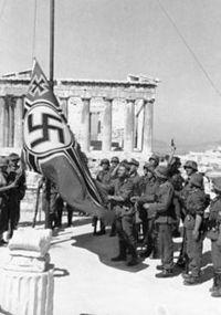 220px-Bundesarchiv_Bild_101I-164-0389-23A,_Athen,_Hissen_der_Hakenkreuzflagge