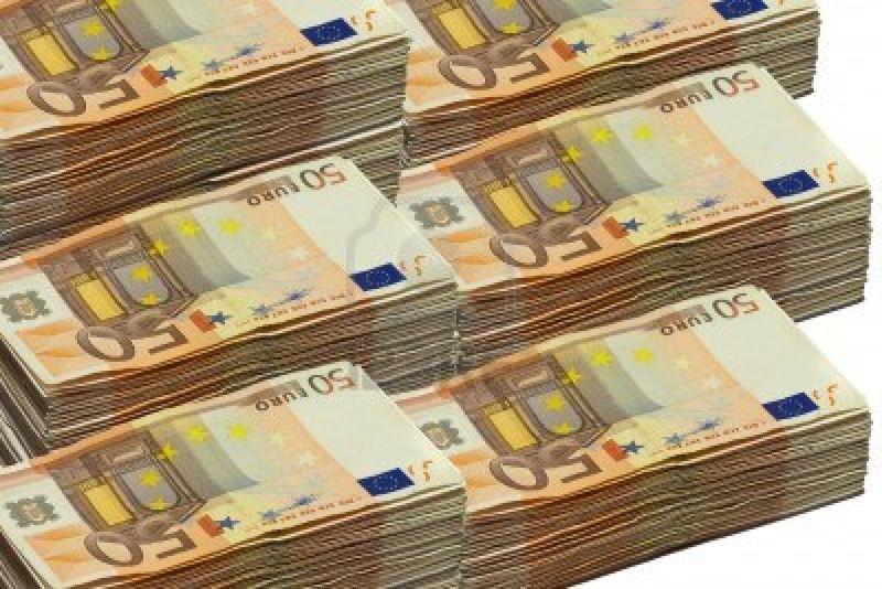 9528679-piles-de-billets-de-50-euros-isoles-sur-fond-blanc