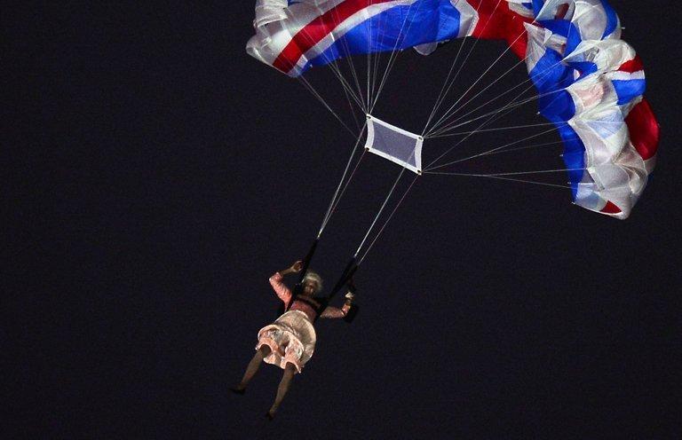 Un-cascadeur-d--guis---en-reine-elizabeth-ii-saute-en-parachute-au-dessus-du-stade-de-stratford-lors-de-la-c--r--monie-d-ouverture-des-jo-de-londres--le-27-juillet-2012-