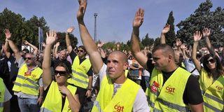 1580007_3_9599_les-ouvriers-ont-reconduit-leur-greve-et