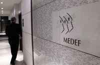 97704_un-homme-dans-un-couloir-du-medef-le-11-janvier-2013-a-paris